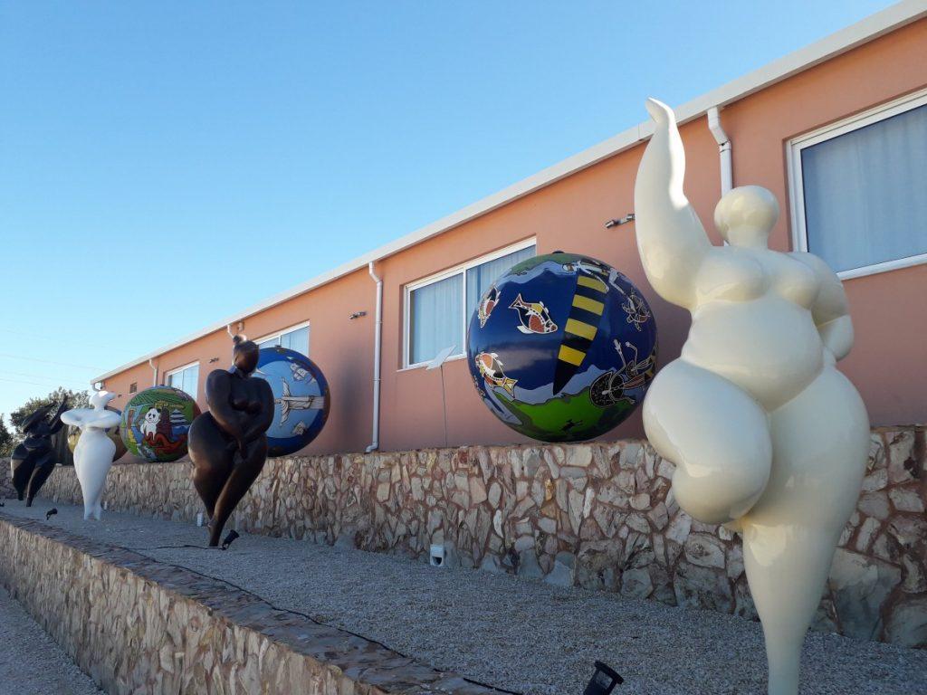 Sculpturen in wijngaard Quinta dos Vales in de Algarve, Portugal