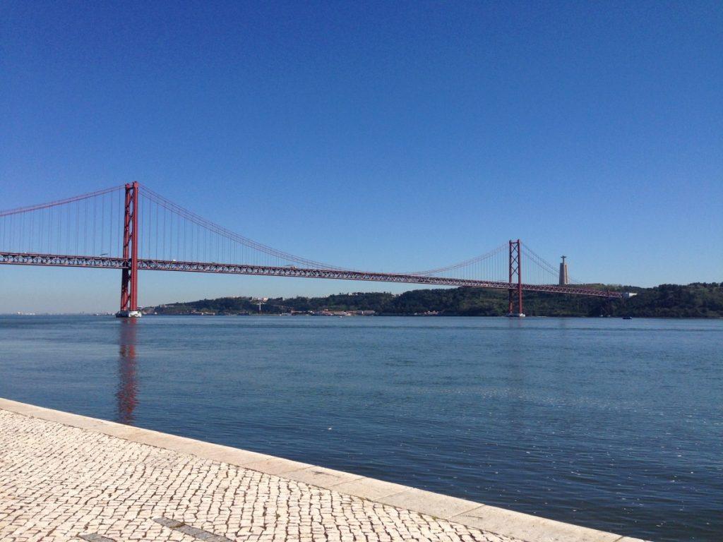 Cais do Sodré met brug over de rio Tejo