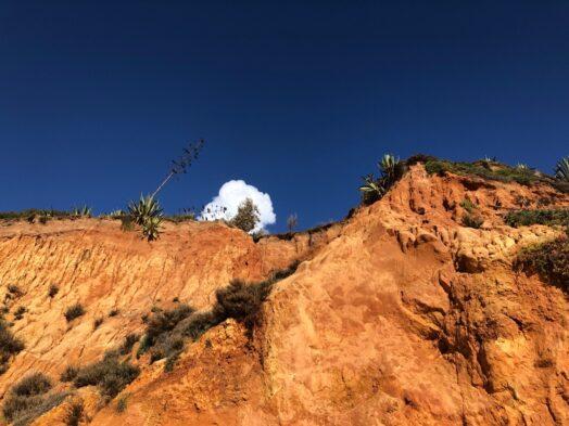 Omhoog kijken naar de hoge klifrand