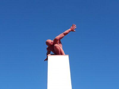 Sculptuur van een knielende man uit de collectie van Karl Heinz Stock van Quinta dos Vales in de Algarve in Portugal