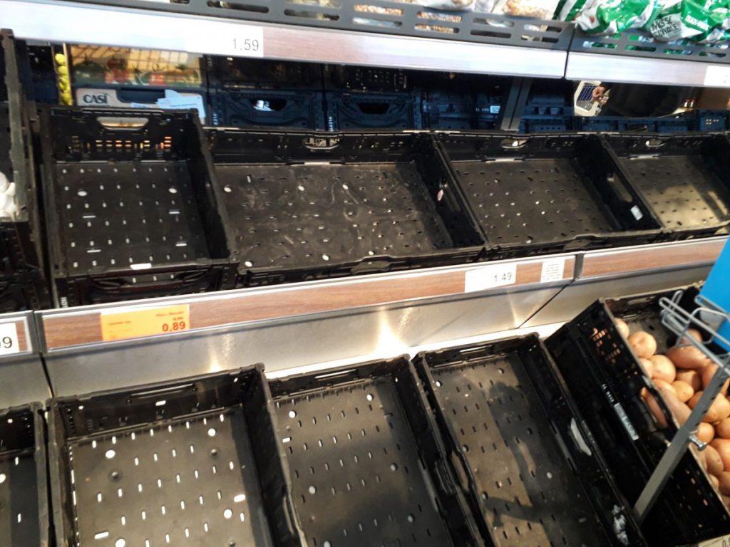 Lege schappen bij de supermarkt in de eerste dagen van de lockdown in Portugal ten tijde van de corona crisis