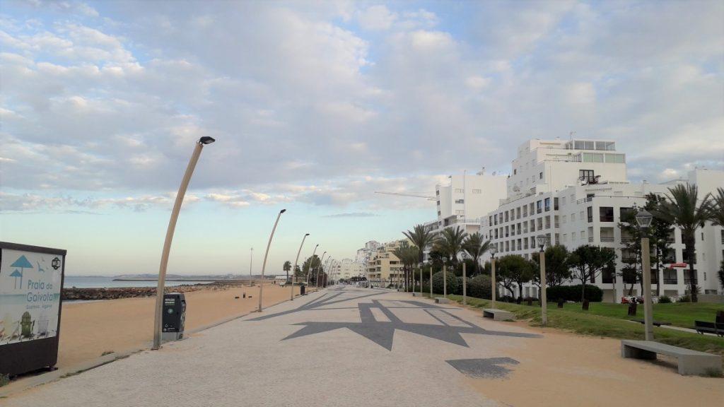 Boulevard van Quarteira (Algarve, Portugal), nog uitgestorven.