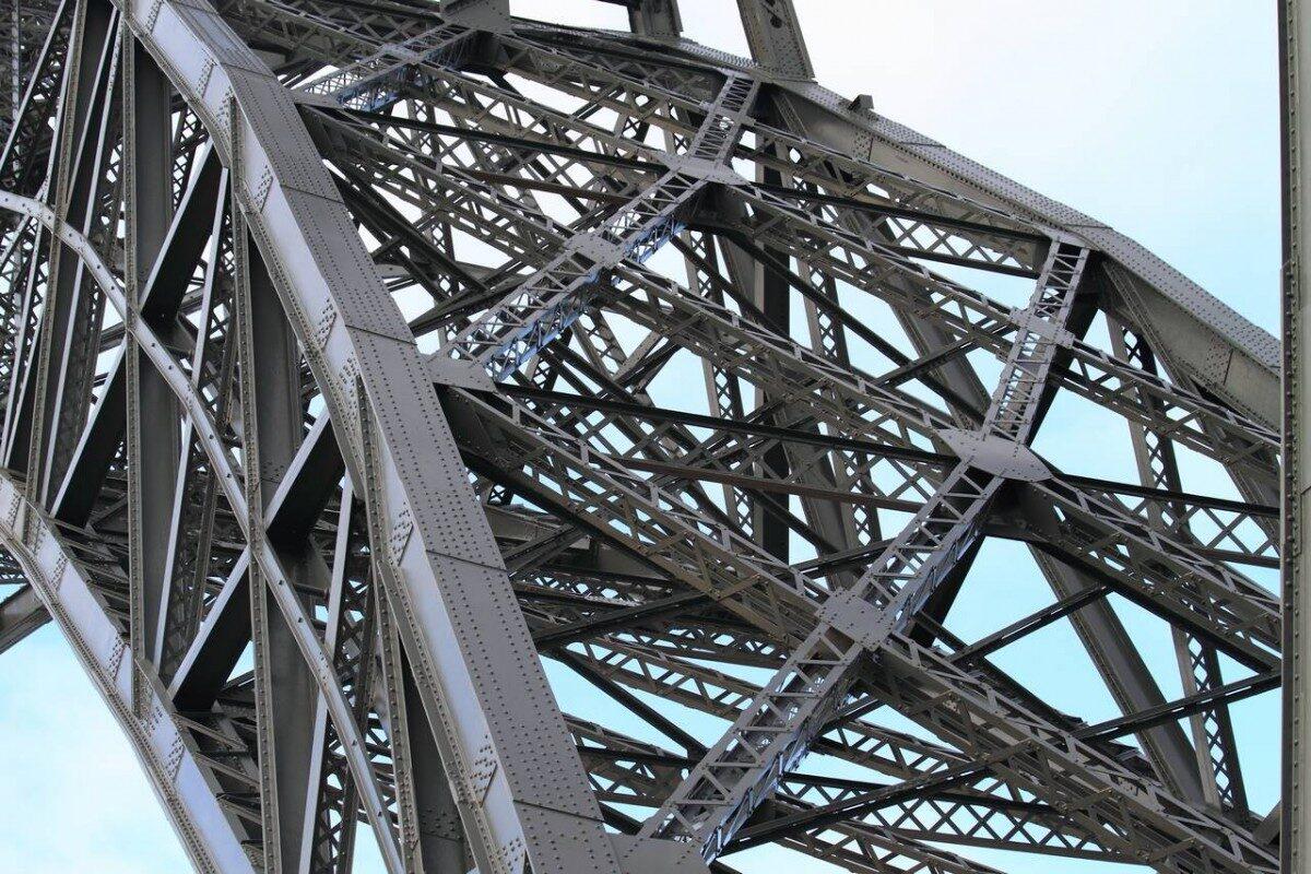 Sterke X verbanden van een Eiffel brug