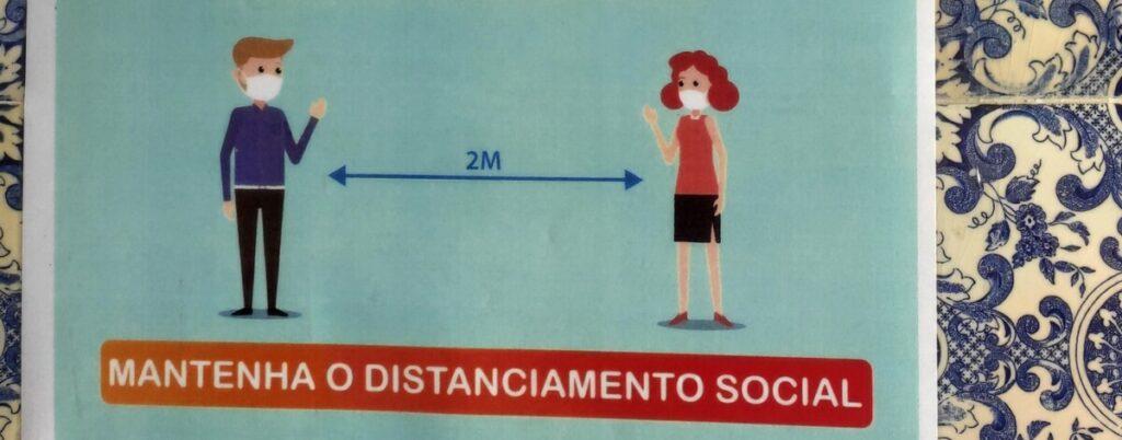 Waarschuwing om 2 meter afstand te houden tegen een achtergrond van Portugese blauwe tegeltjes