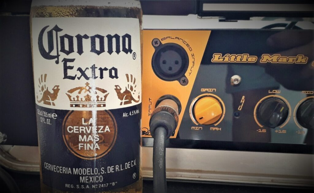 Corona bierfles voor een basgitaarversterker