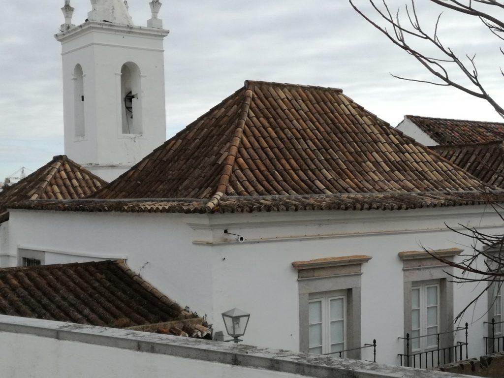 Een gebouw in Tavira met verschillende telhados de tesouro, daken met vier glooiende zijden naar Aziatisch model.