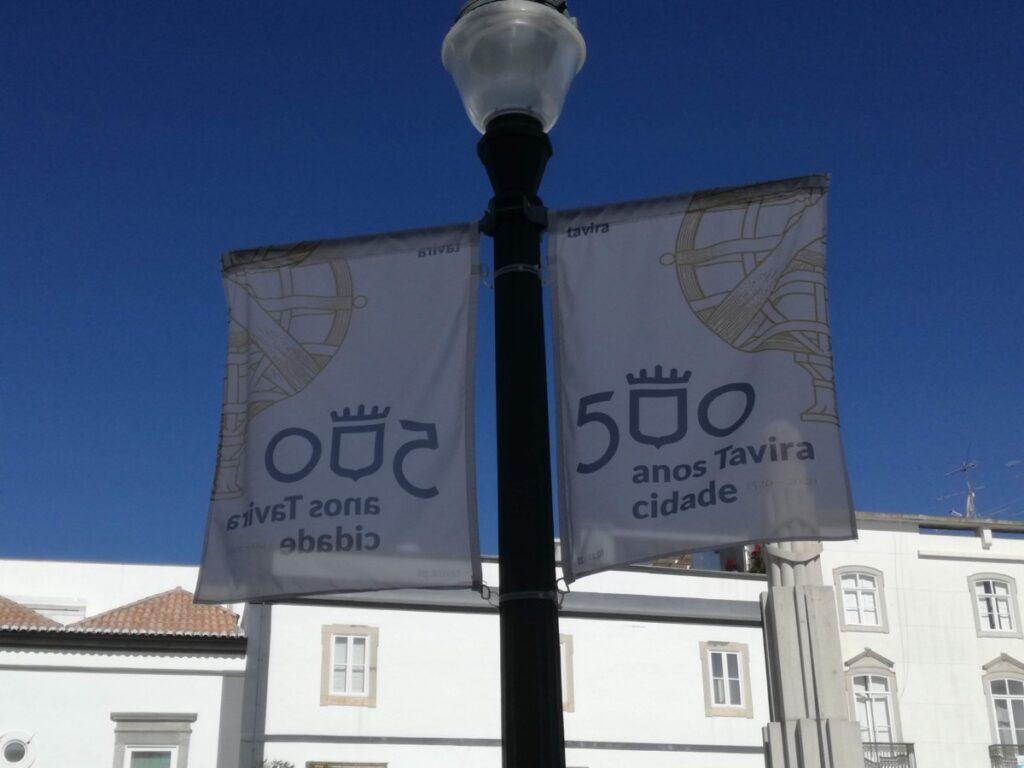 Feestelijke vlaggen met de tekst: 500 anos Tavira cidade of Tavira 500 jaar stad.