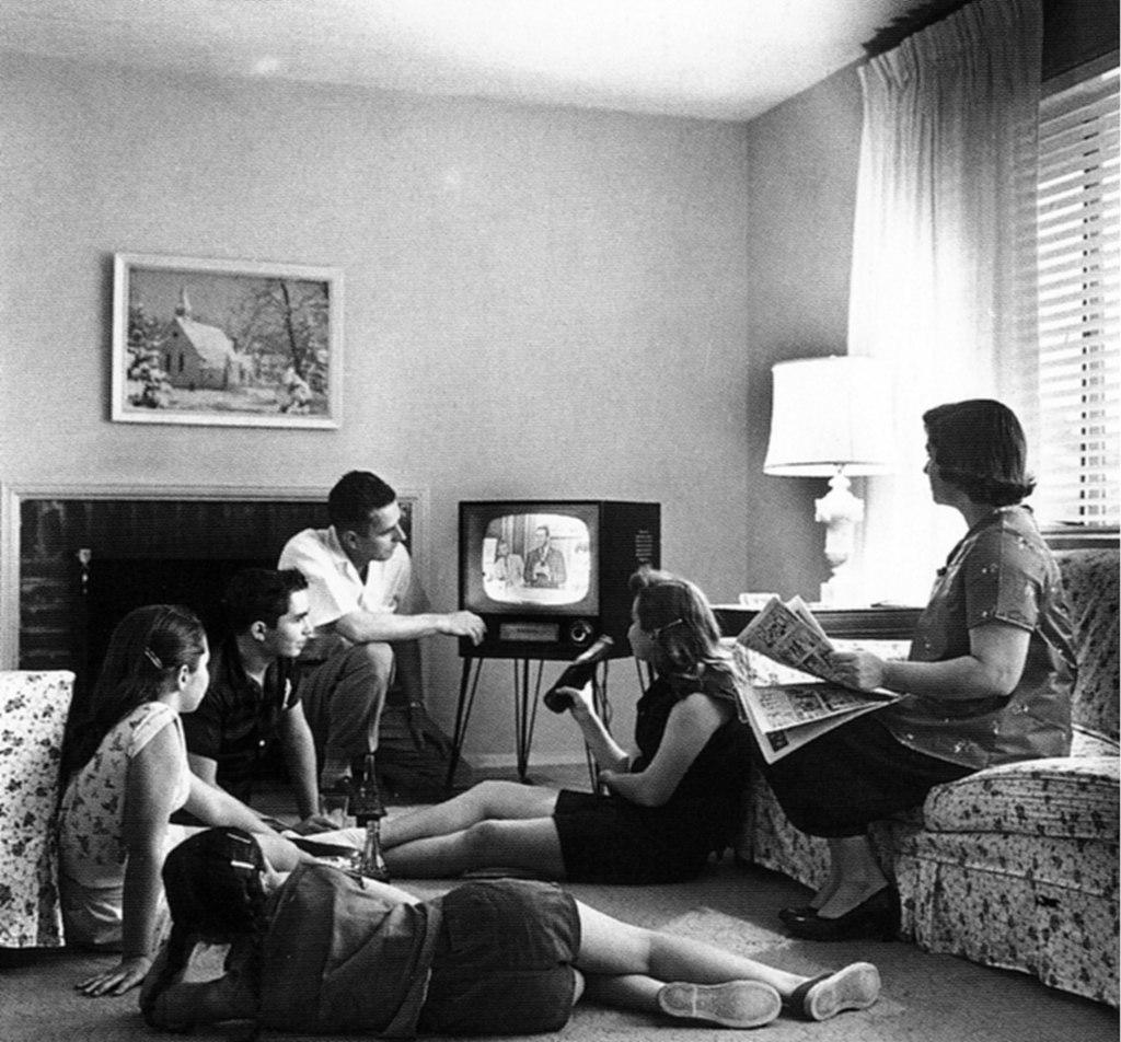 Familie kijkt televisie 1958