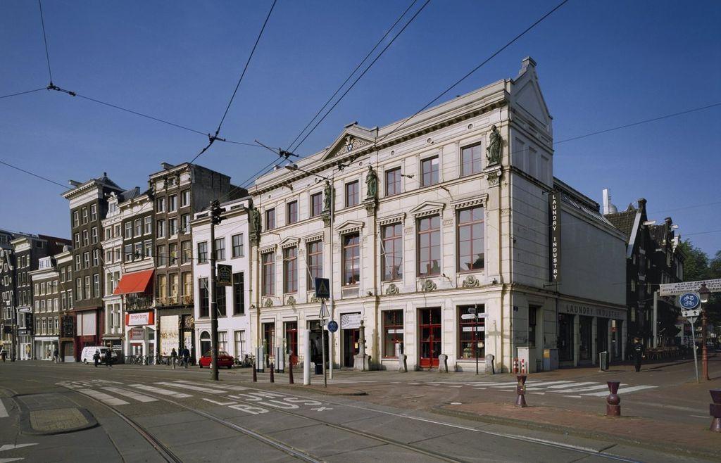 De voor- en zijgevel van Arti et Amicitiae in Amsterdam.