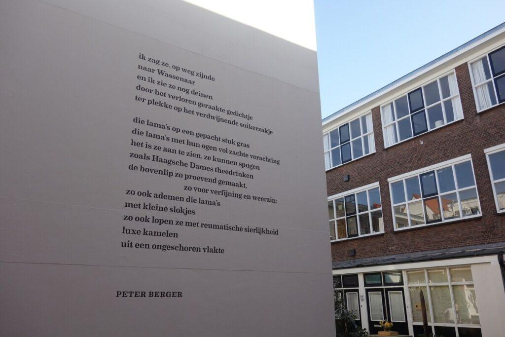 Huisjes van hofje Het Lissabon met gedicht van Peter Berger.