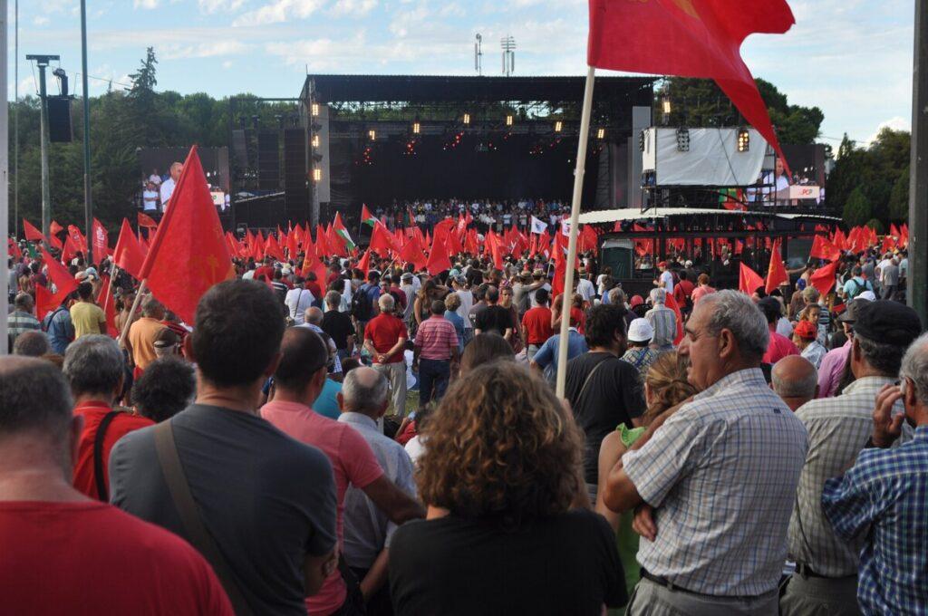 Festa do Avante, bijeenkomst van de PCP. Een zee van rode vlaggen.