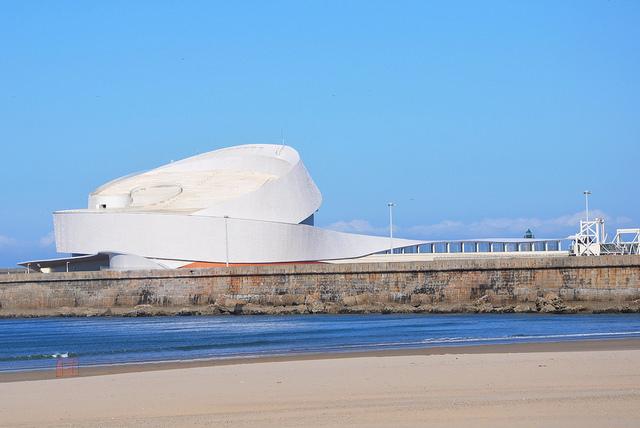 Cruise Terminal in Matosinhos Porto van de architect Luís Pedro Silva 2017. Een gebouw als een witte opgerolde lint.