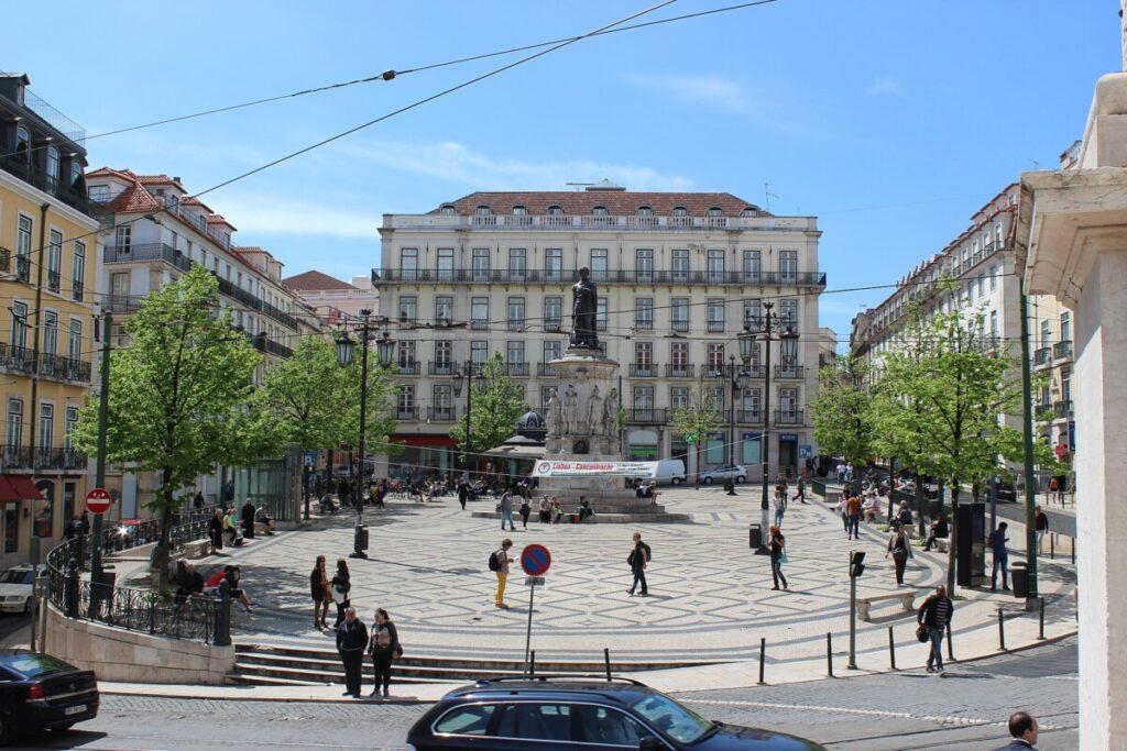Foto van het Luís de Camõesplein in Lissabon.