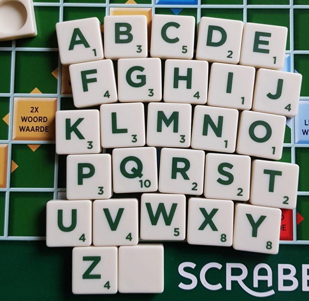 Scrabble bord met letters