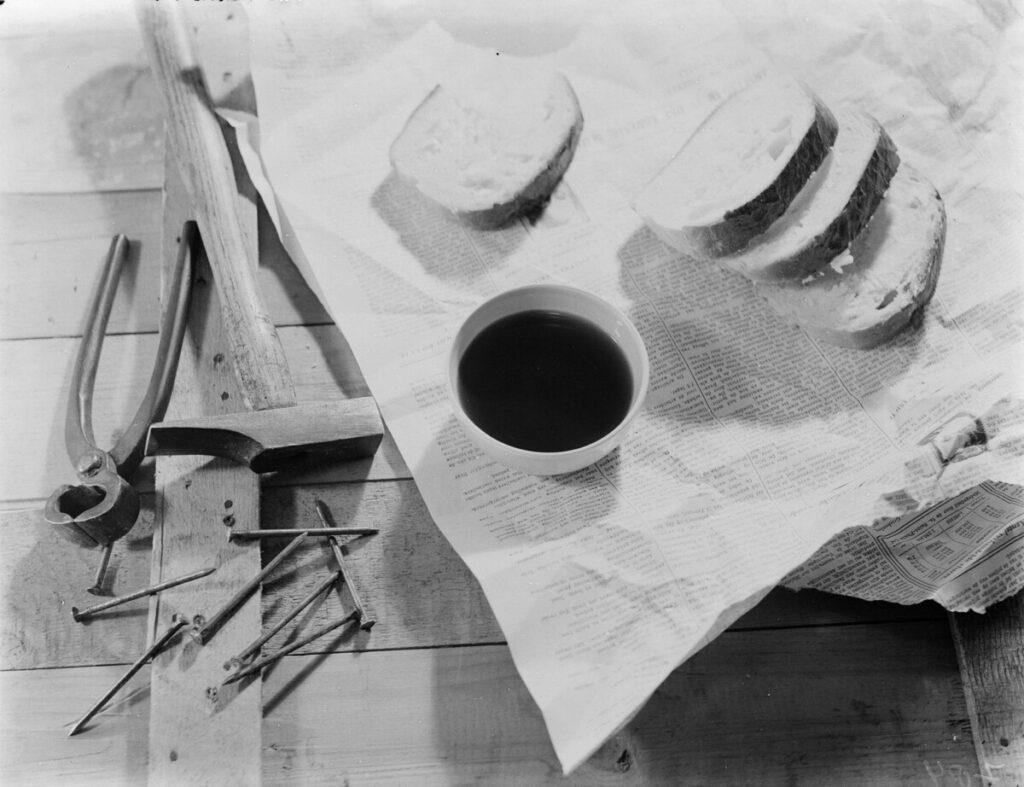 Kopje koffie met brood en gereedschap