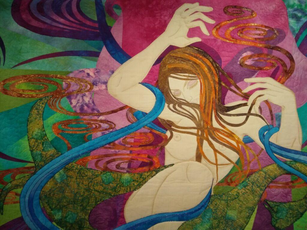 Foto van een kunstwerk van een gestileerde vrouw, in een galerie in Albufeira.