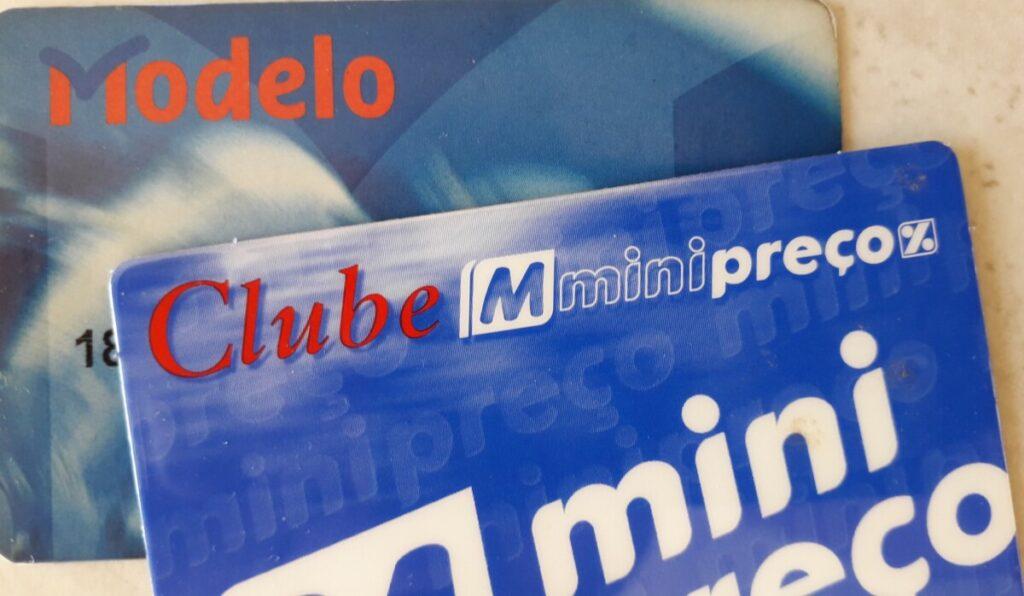 Foto van twee kortingskaarten van verschillende Portugese supermarkten, in de Algarve in Portugal.
