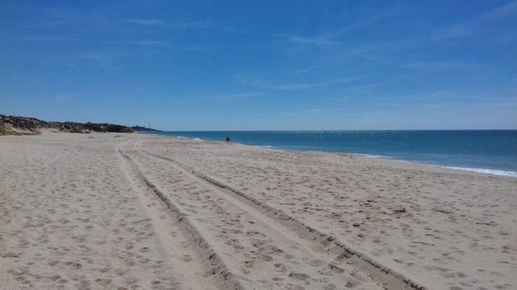 Verlaten strand in Portugal