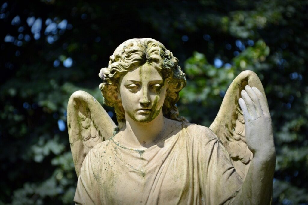 Rouwende stenen engel