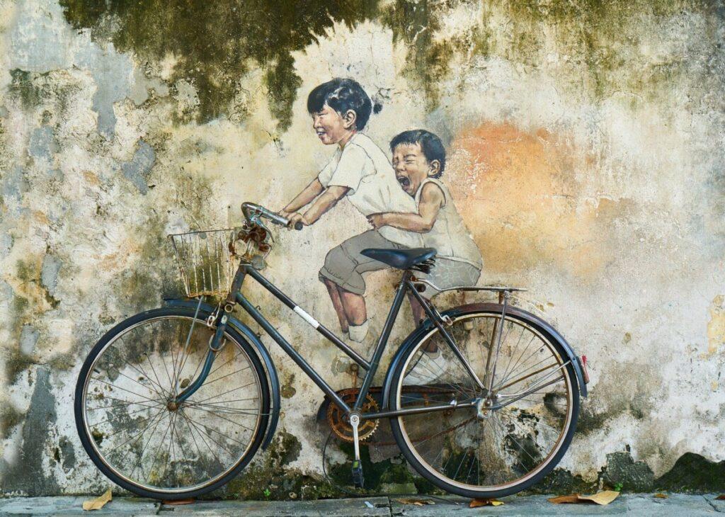 Twee kinderen op een fiets