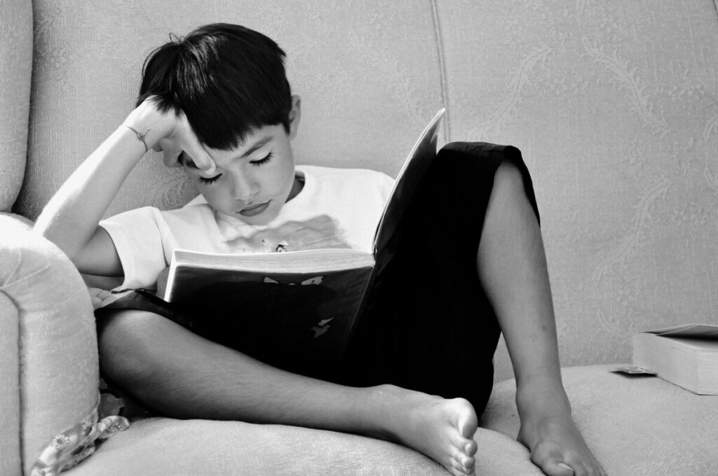 Kind verdiept in een boek
