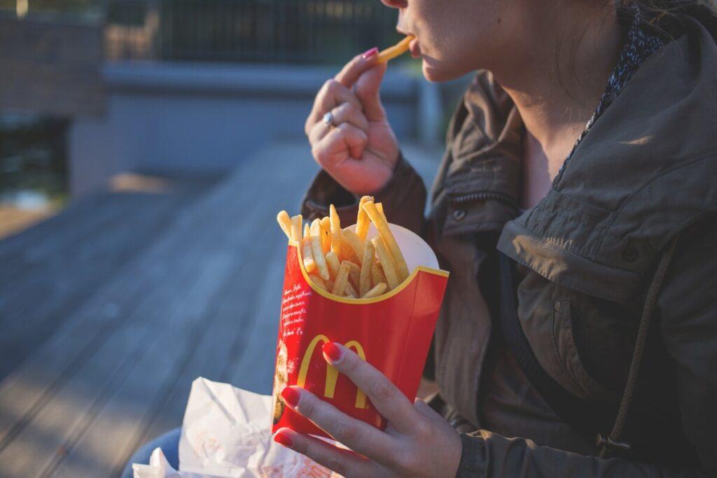 Een frietje eten
