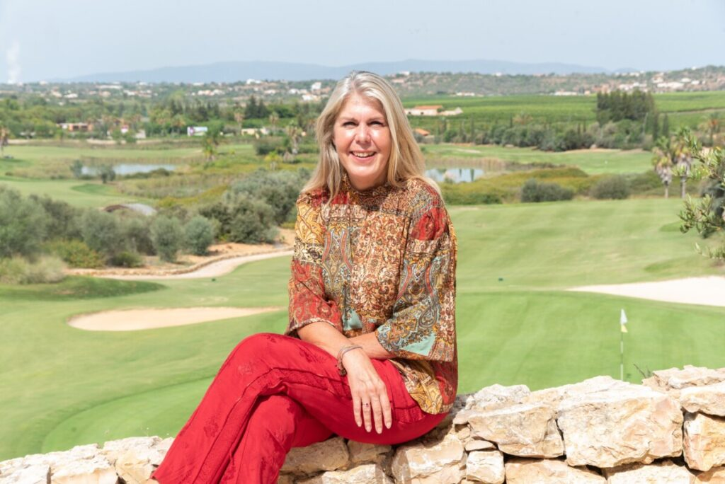 Foto van de nieuwe voorzitter van de Nederlandse vereniging Portugal NCA, Margaret Krijnen, in de Algarve in Portugal