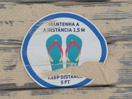 Sticker op een strandplankier die maant tot astandhouden in de Algarve in Portugal