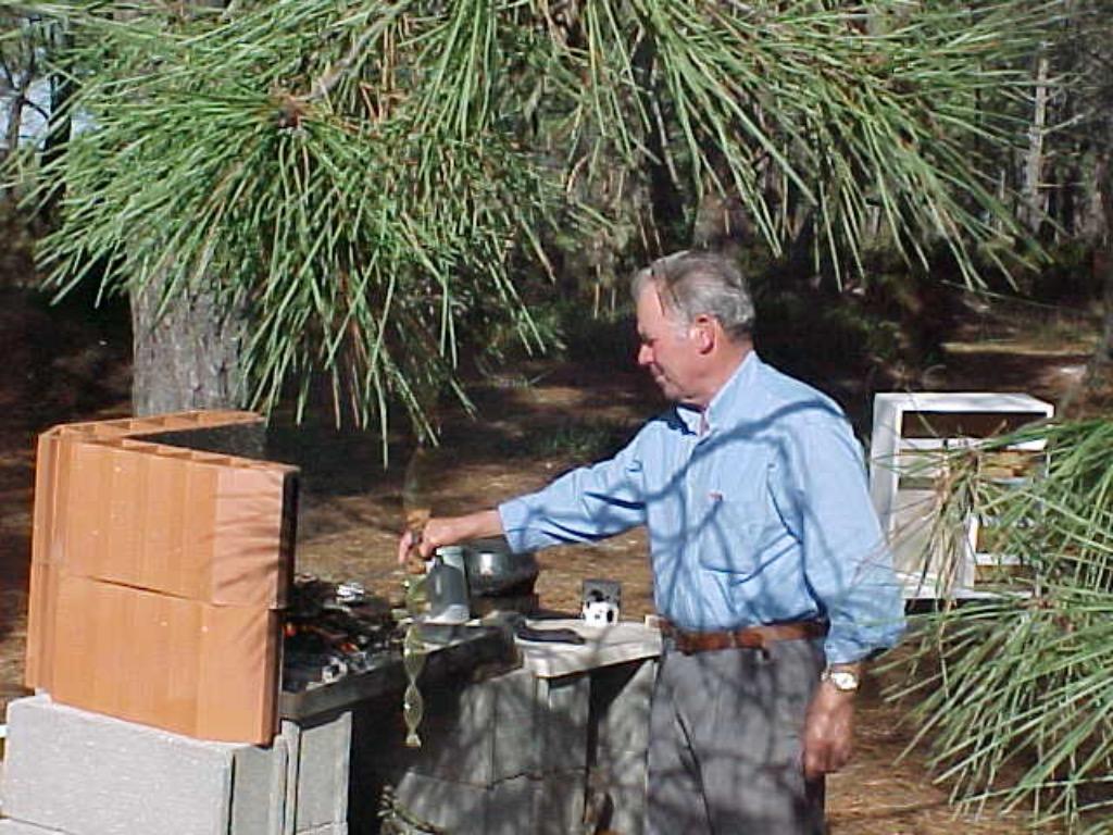 Canelas de visser, kookt een vissoep in de buitenkeuken.