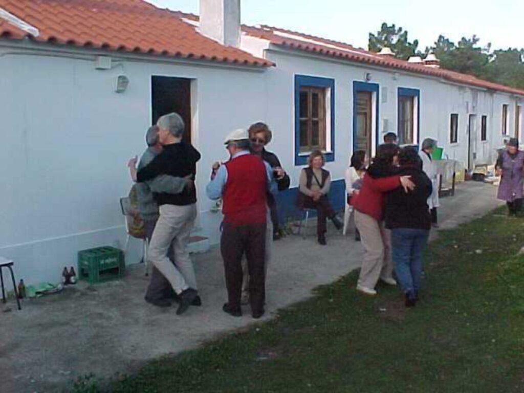 Dansen voor het huis.
