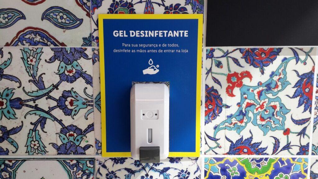 Dispenser met desinfecterende handgel tegen een achtergrond van Portugese azulejos in de Algarve in Portugal