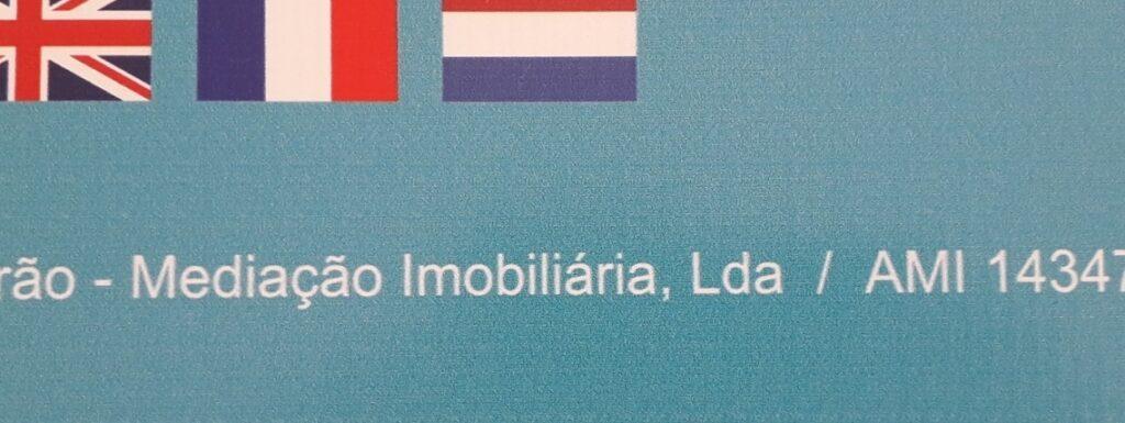 Detailfoto van een publicatiebord van een makelaar in Portugal met het AMI-nummer erop.