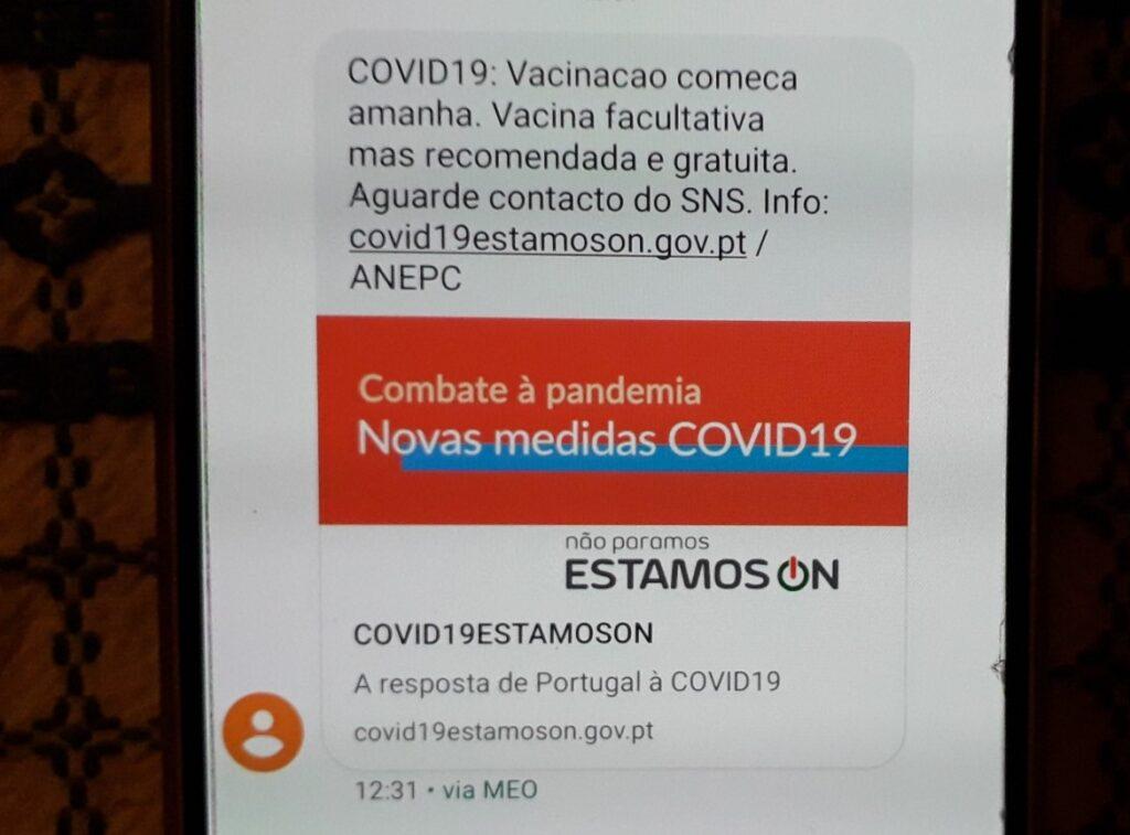 Foto van de SMS waarin de portugese gezondheidsdienst de vaccinatie tegen corona aankondigt.