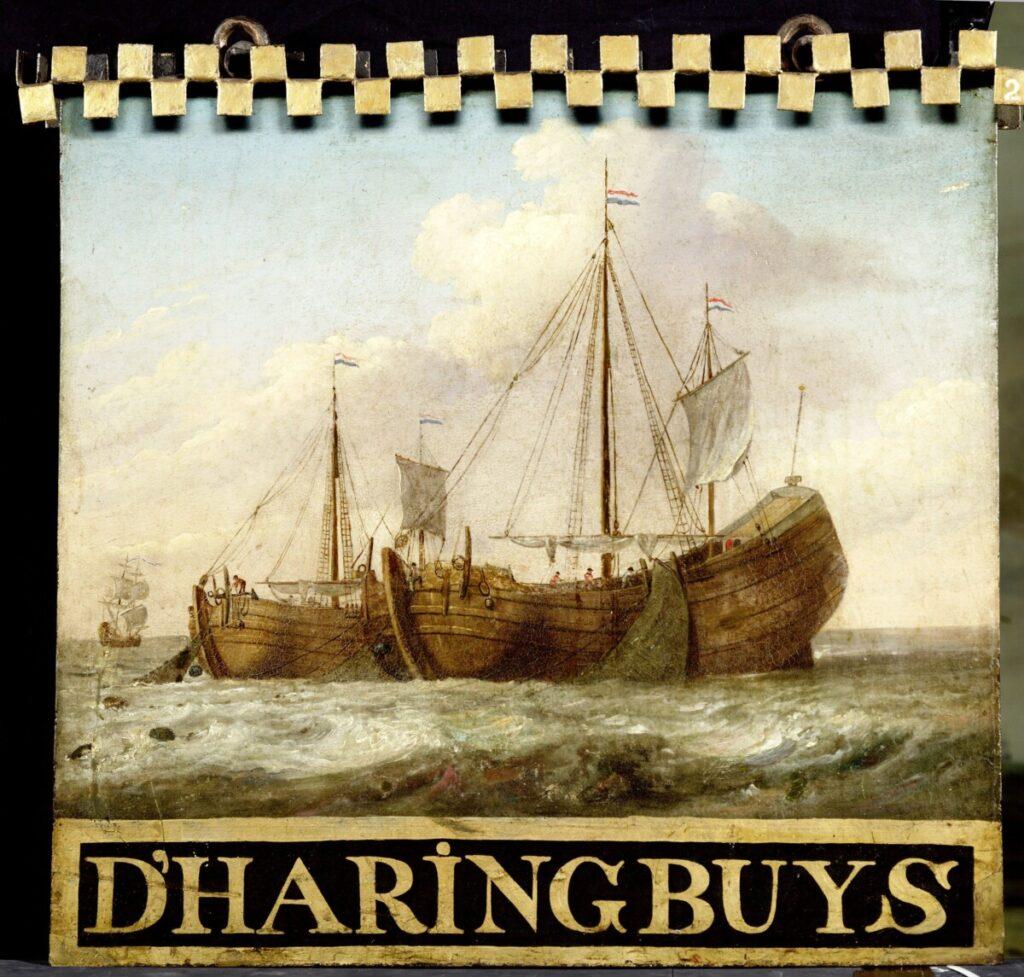 Uithangbord uit de 18e eeuw beschilderd met twee haringbuizen die op zee aan het vissen zijn.