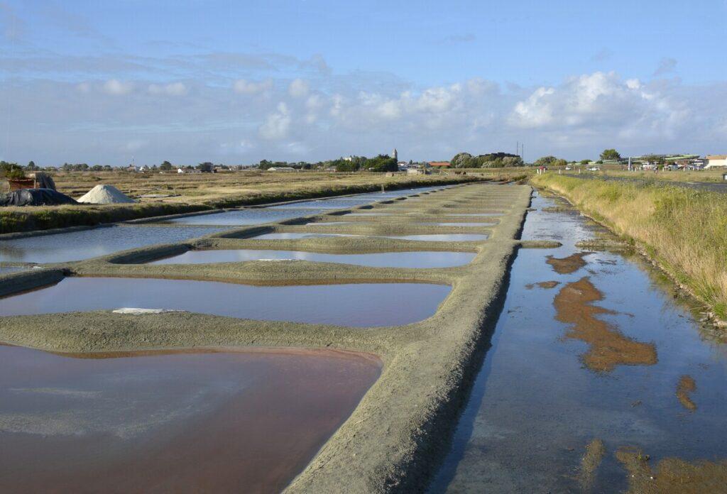 Zoutpannen gevuld met zeewater