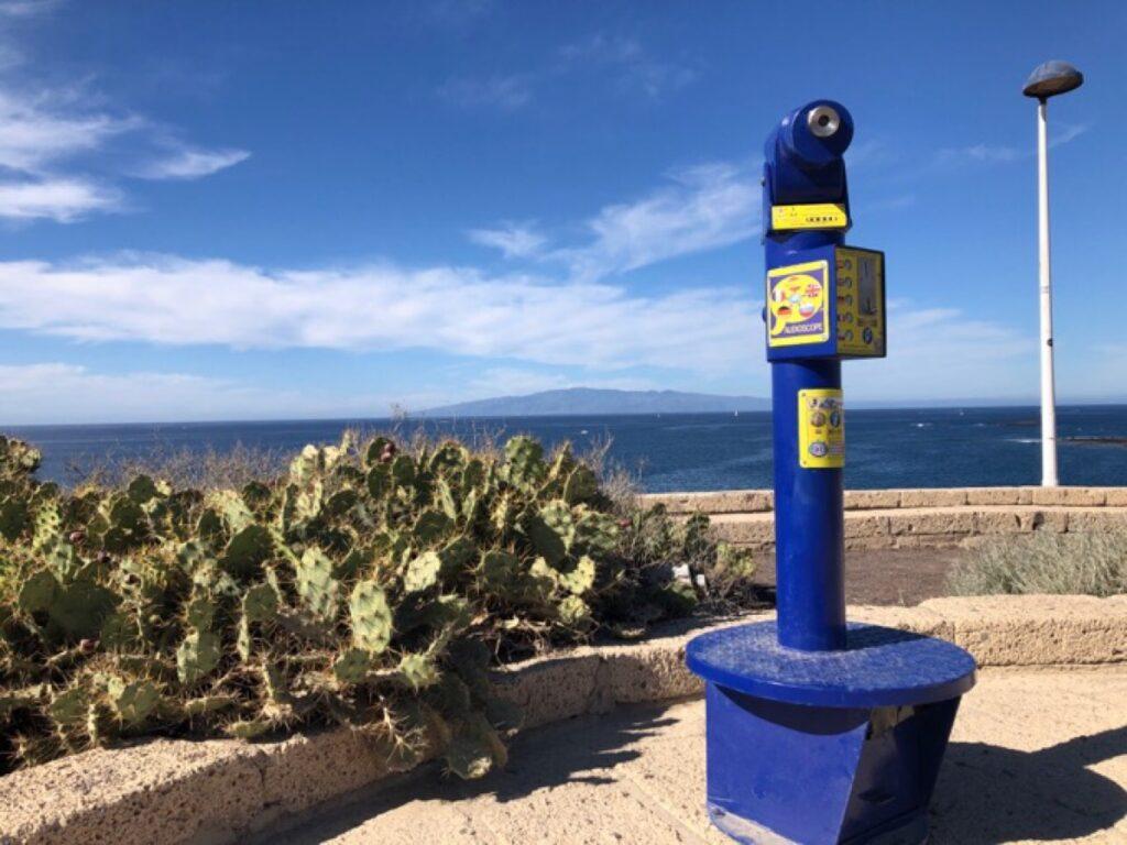 Een verrekijker op een uitzichtpunt over de oceaan.
