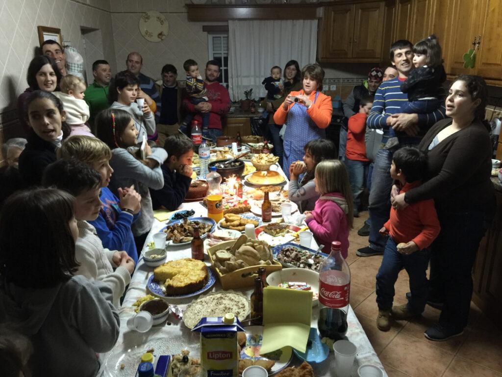 Verjaarsfeest, gasten rond een tafel vol met zoetigheid.