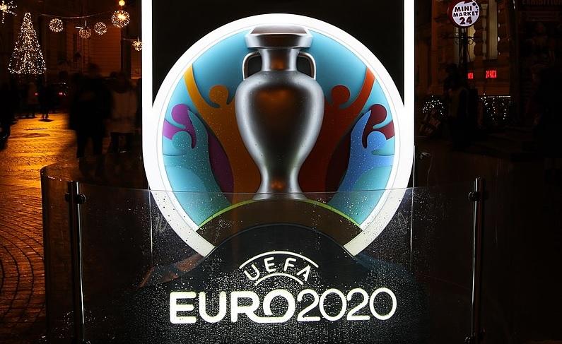 Logo en beker van voetbaltoernooi Euro2020