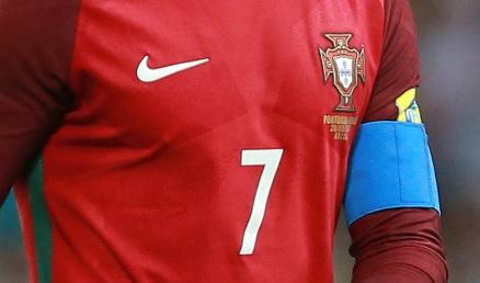 Foto van borstkas van Cristiano Ronaldo. Uit het nummer 7, de aanvoerdersband, en het embleem van de Portugese voetbalbond is af te leiden dat hij het is.